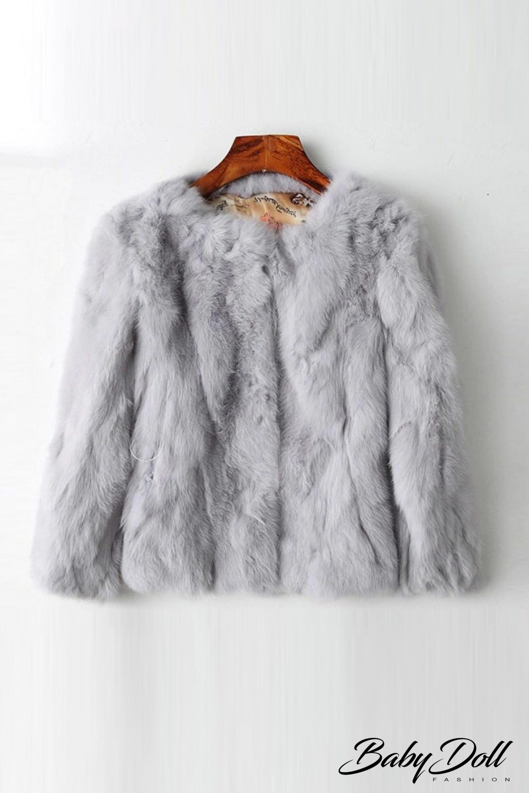 într-o haina de blana - Traducere în engleză - exemple în română | Reverso Context